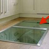Muž umiestnil do podlahy v kuchyni tajomné okno. Dôvod je geniálny!