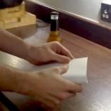 Ako otvoriť fľašu piva pomocou listu papiera?