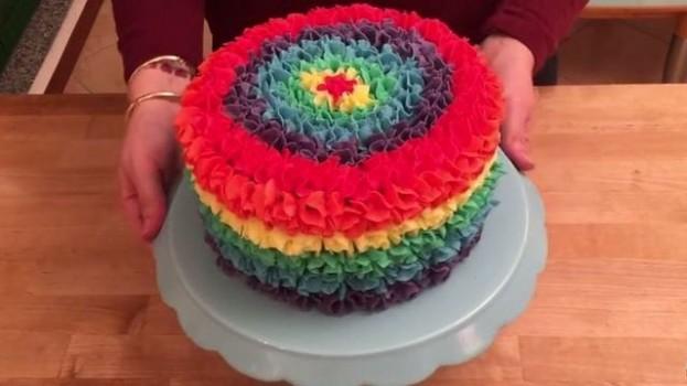 Úžasná dúhová torta. Pozrite sa, čo ukrýva vo vnútri!