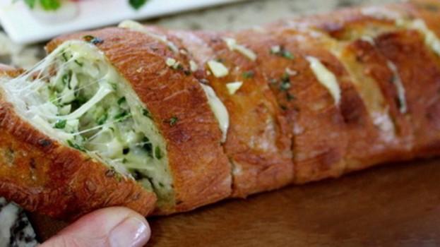Domáci cesnakový chlieb so syrom