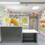 Umelci premenili chladnú nemocnicu na prívetivé miesto plné farieb