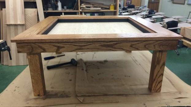 Stredoškolský študent premenil obyčajný konferenčný stolík na dokonalú ilúziu nekonečna