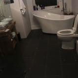 Muž chcel prekvapiť manželku. Podlahu v kúpeľni premenil na hviezdnu oblohu!