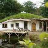 Muž postavil pre svoju rodinu čarovný domček z dreva a slamy. Úrady ho chcú zbúrať!
