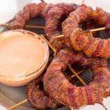 Grilované cibuľové krúžky v slaninke