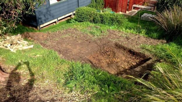 Muž na záhrade vykopal jamu. Keď skončil, susedia mohli len závidieť!