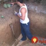 Najskôr krútili hlavami, potom takmer onemeli. Pozrite sa, prečo muž vykopal na dvore hlbokú jamu!