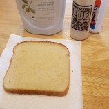 Čo vznikne, keď spojíte starší kúsok chleba s lepidlom a trochou saponátu? Výsledok vás milo prekvapí!