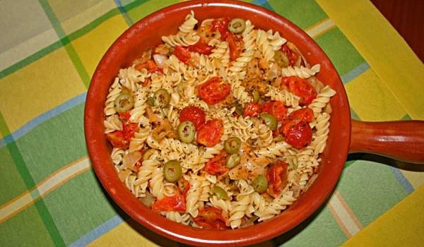 Rýchle cestoviny s mozzarellou, olivami a paradajkami