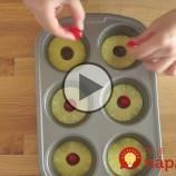 Do formy na muffiny uložila kolieska ananásu ačerešne. Výsledkom je skvelý dezert