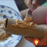 Rolku z toaletného papiera natrela arašidovým maslom. Vytvorila skvelú vec do záhrady!