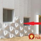 Fasádu svojho domu pokryli podivnými útvarmi. Pozrite, čo sa stane, keď zaprší!