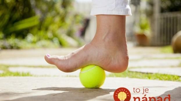 Trápi vás bolesť chrbta či chodidiel? Fyzioteraput predvedie jednoduchý trik s loptičkou, ktorý pomôže okamžite!