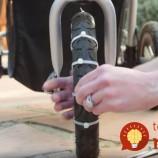 Na kolesá kočíka upevnila zväzovač na káble. Tento trik môže pomôcť aj vám!