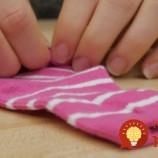 Myslíte si, že ponožky sú najnudnejším darčekom? Neuveríte, čo z nich vyrobila táto žena!