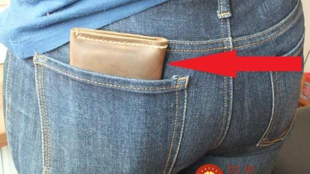 Nosíte peňaženku v zadnom vrecku nohavíc? Mali by ste ste s tým čím skôr prestať!