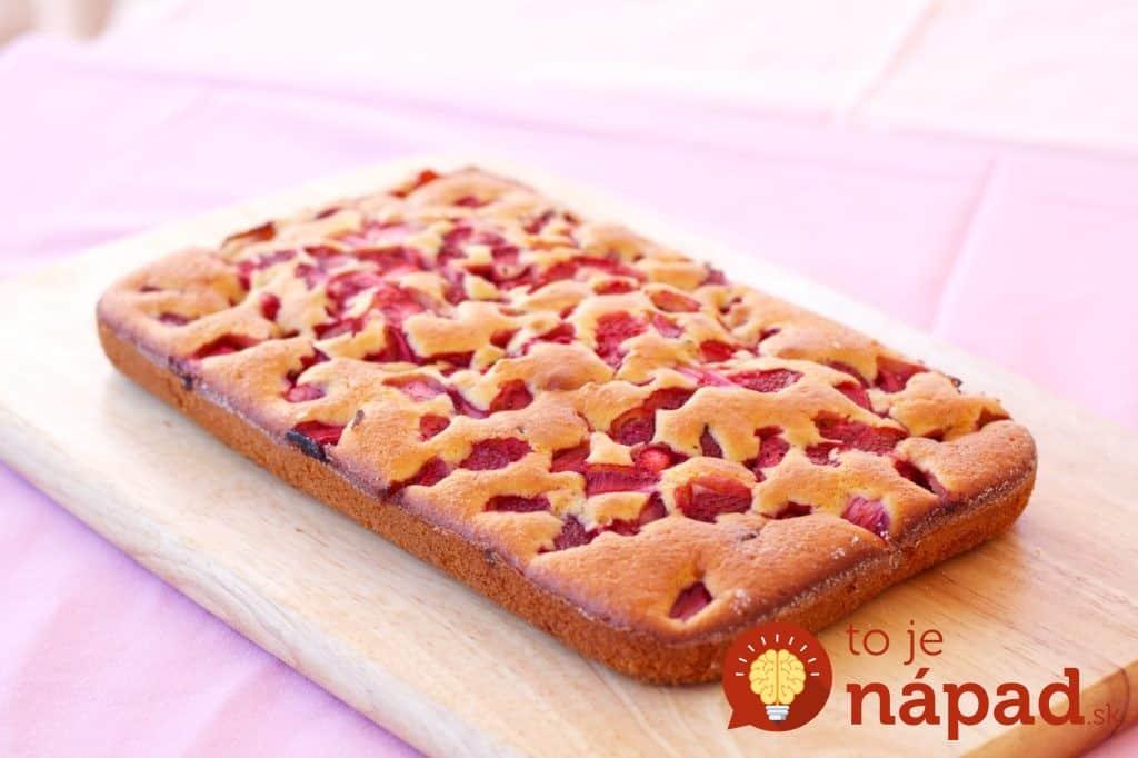 Brzi-biskvit-kolač-s-jagodama-i-čokoladom-1-1