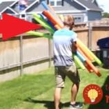 Otecko vyrobil z obyčajných plávacích tyčí perfektnú letnú zábavu pre svoje deti. Inšpirujte sa!