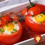 Na stole o 15 minút: Vajíčko so šunkou pečené v paradajke!