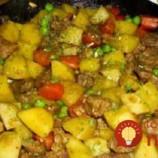 Kompletný obed z jednej panvice: Bravčové kúsky so zemiakmi, oblohou a omáčkou!