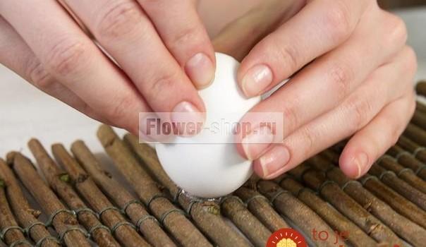Žena vzala pár vaječných škrupín a drevené konáriky: O pár minút vytvorila tú najkrajšiu dekoráciu na veľkonočný stôl!
