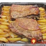Najchutnejší bravčový bôčik: V úžasne chutnej marináde, položený na zemiakoch a cibuľke!