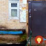 Dôchodca sa nemohol pozerať na otrasný stav bytovky. Pozrite sa, čo urobil pre svojich susedov