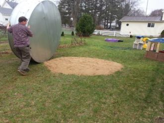 Do stredu záhrady uložil veľkú kovovú nádrž: Keď skončil, jeho dielo prišli obdivovať všetci susedia!