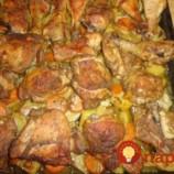Z jedného plechu: Cesnakovo-zázvorové kuracie stehienka s mrkvou a zemiakmi!