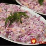 Výborný kapustový šalát s kukuricou a jogurtovou zálievkou: Perfektná náhrada za ťažké zemiakové šaláty!