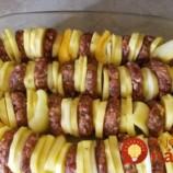 Prekladaný kastról: Nové zemiaky pečené so šťavnatým mäsom a paprikou!