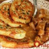 Drevorubačské zemiakové placky s výborným mäskom na horčici: Neskutočne dobré papanie!