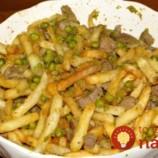 Fantasticky šťavnaté bravčové kúsky na hrášku s cesnakom a hranolkami!