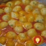 Babičkina zázračná polievka s najlepšími zemiakovými knedličkami na svete: Rezance nechajte v obchode, do tejto polievky už netreba nič pridávať!