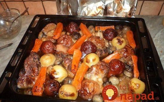 Pečená krkovička na jednom plechu s mrkvou, repu a bohatou oblohou: Na zemiaky, či inú prílohu si ani nespomeniete!