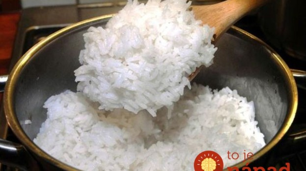 Keby s vami varila ryžu vaša babička, poradila by vám túto starú fintu: Ryža bude krásne mäkučká a nikdy sa nezlepí!