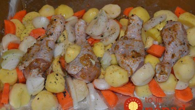 Kuracie stehná po Grécky: Stačí len dať do misy zemiaky, mrkvu a stehienka v tej dokonalej marináde – jedna báseň!