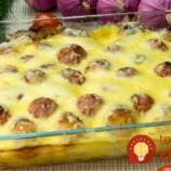 Extrémne lahodné zemiaky s mäsovými guľkami a kyslou smotanou: Zemiaky bez predvárania a na to mäso sa vyprážané fašírky nechytajú!