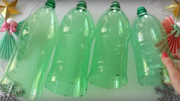 Žena pred Vianocami zhromaždila plastové fľaše a každú nastrihala na pásiky: Budete udivení, čo z nich vytvorila!