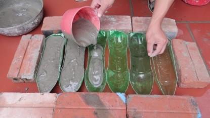 Do rozrezaných plastových fliaš nalial betónovú zmes a postavil ich do záhrady: Pár hodín a aj vy môžete mať na pozemku takúto parádu!