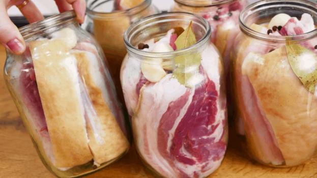 Nakladaná slanina v pohári: Vitaminóvá bomba našich dedov schová do vrecka aj najdrahšie potraviny – v malom množstve je to liek!