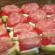Obložená cuketa s mletým mäsom, kyslou smotanou a syrom: Potrebujete 1 cuketu, 400 g mletého mäsa, 5 lyžíc smotany, paradajky, syr a korenie!